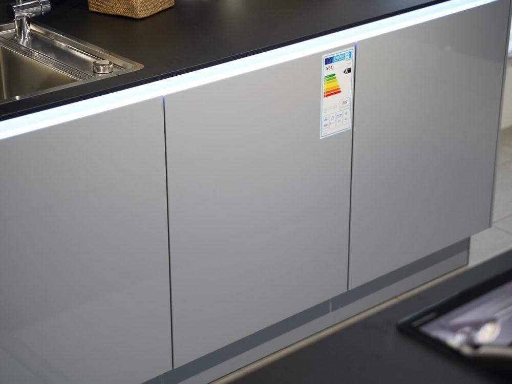 Design Inselküche Lack Hochglanz grau mit LED Griffmulden Interliving
