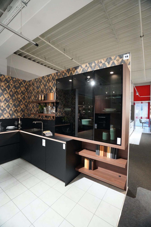 Designkueche-L-Form-Lacklaminat-schwarz-matt-mit-Wandschrank-Nussbaum-Nobilia