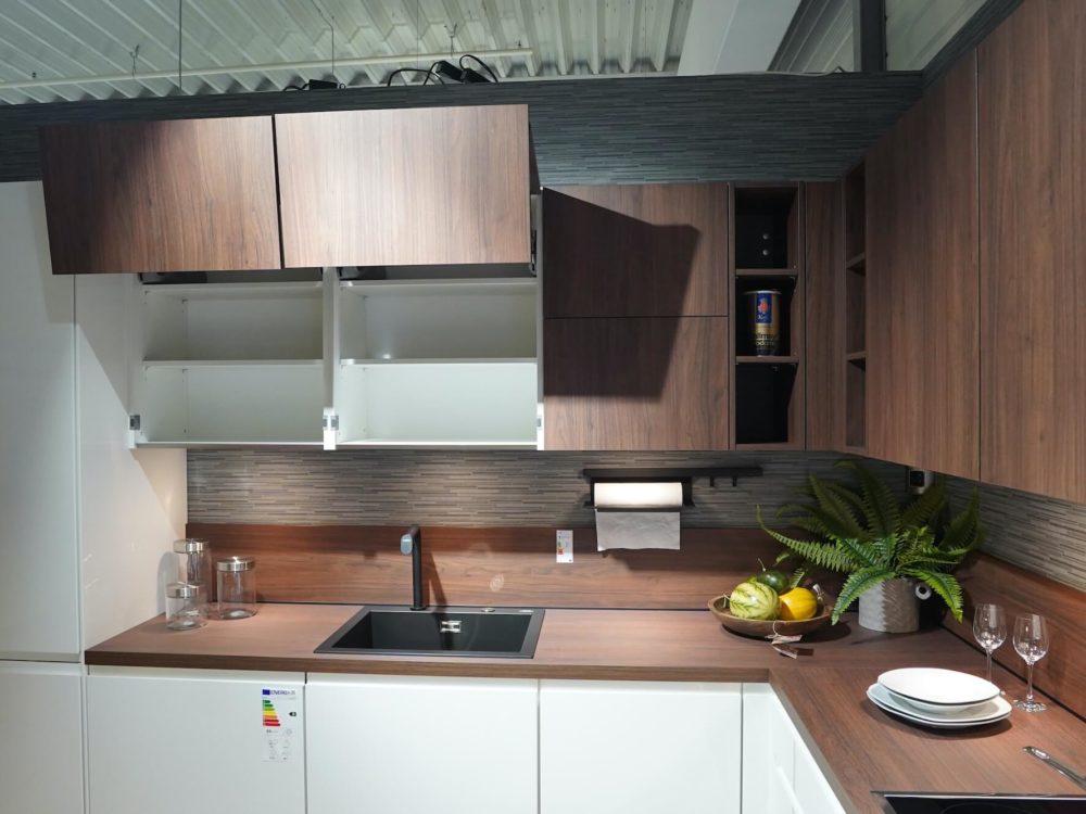 Designküche Nobilia L-Form Lack Hochglanz weiß mit Arbeitsplatte Nussbaum und SIEMENS E-Geräten
