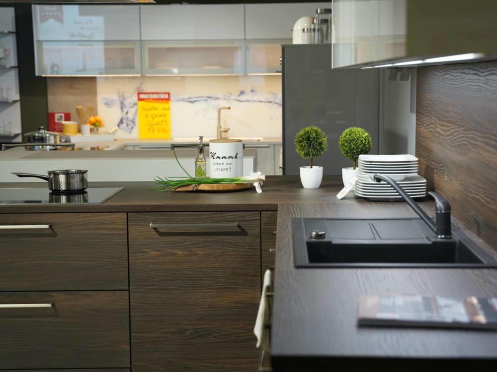 FrontenModerne L-Küche Nussbaum mit Wandschrank