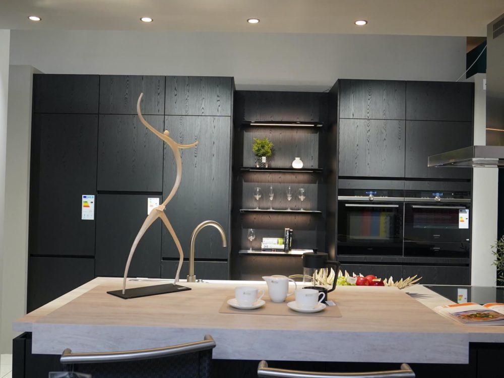 Inselküche Nobilia Structura Design Eiche Nero mit Esstheke und Elektrogeräten