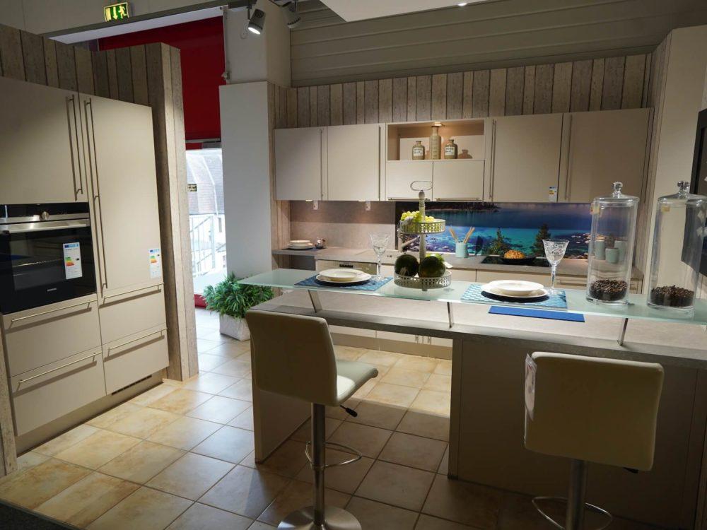 Inselküche Nobilia moderne Sand Farbe mit Esstresen Wandschrank und Siemens Elektrogeräten
