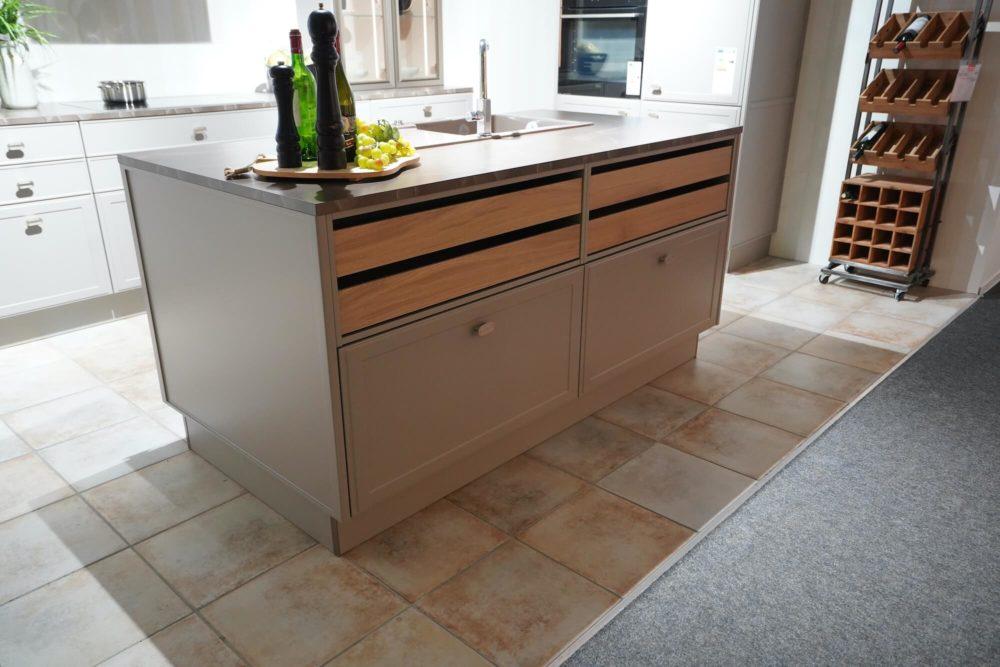 Inselküche Nolte Design Torino Lack Marmor Arbeitsplatte und Hausgeräte