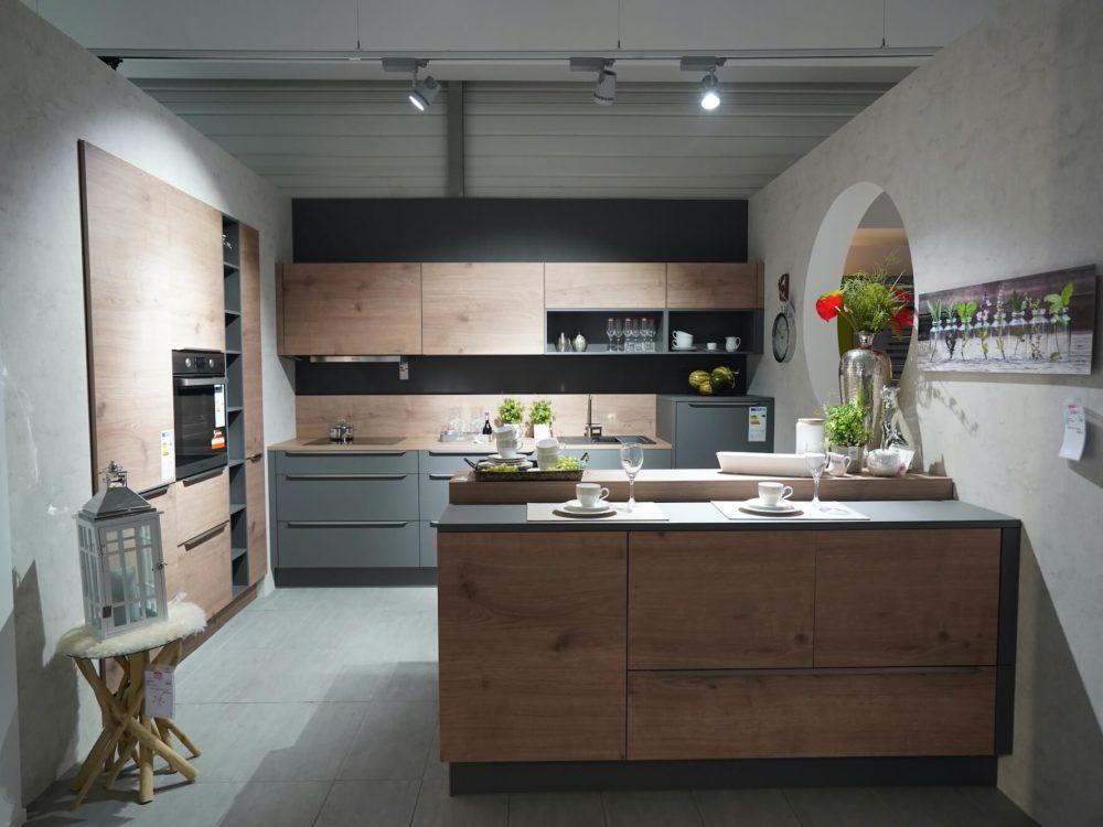 Inselküche modern Fronten Quarzgrau und Arbeitsplatte Steineiche und Griffleisten