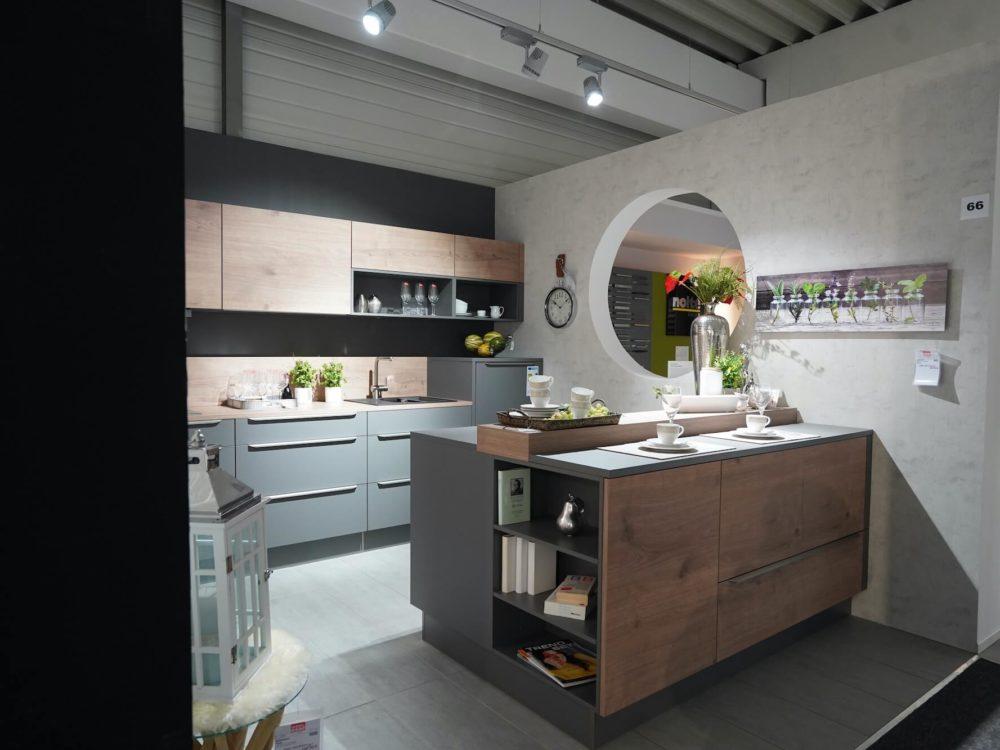 Inselküche modern Quarzgrau Fronten und Arbeitsplatte Steineiche und Griffleisten
