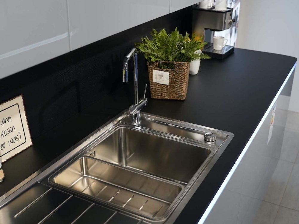 Interliving-Design-Hochglanz-grau-mit-LED-Griffmulden-Inselkueche-Lack