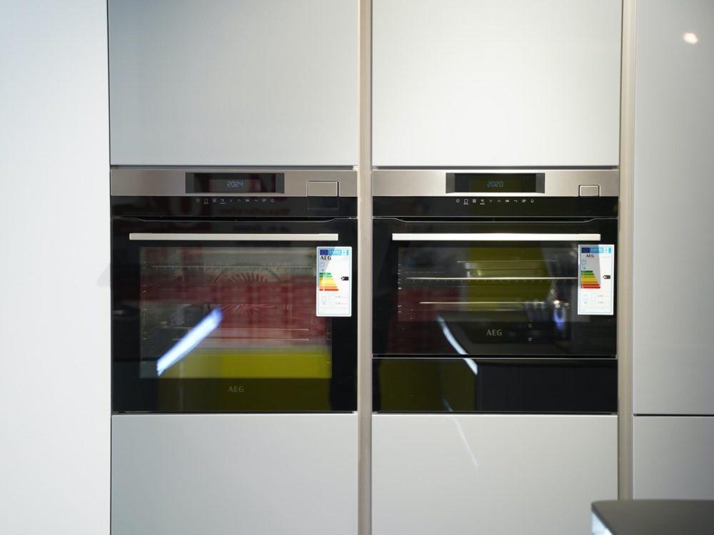 Interliving Design Inselküche LED Lack Hochglanz grau mit Griffmulden