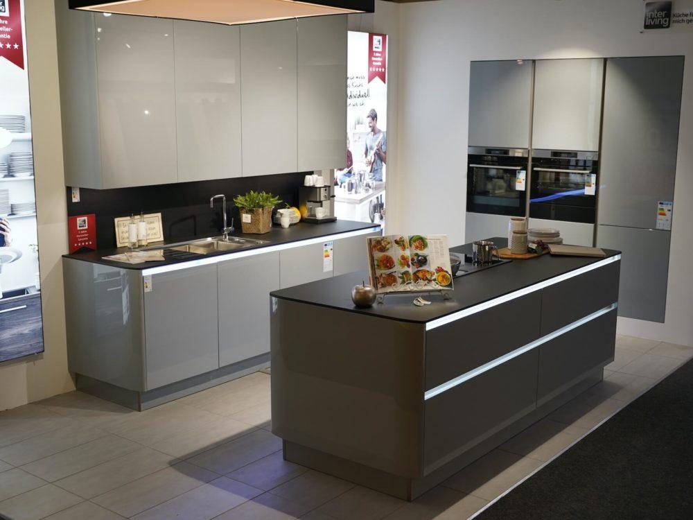 Interliving Design Inselküche Lack Hochglanz grau mit LED Griffmulden