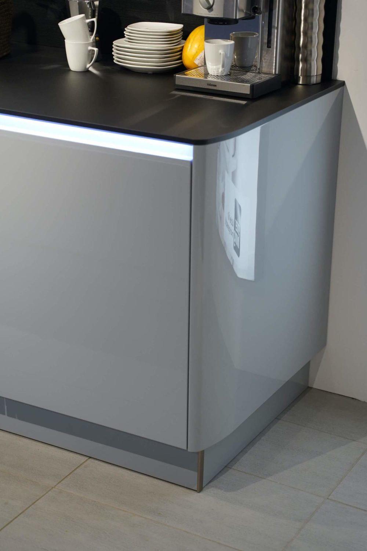 Interliving-Design-Inselkueche-Lack-Hochglanz-mit-Griffmulden-Led-Grau