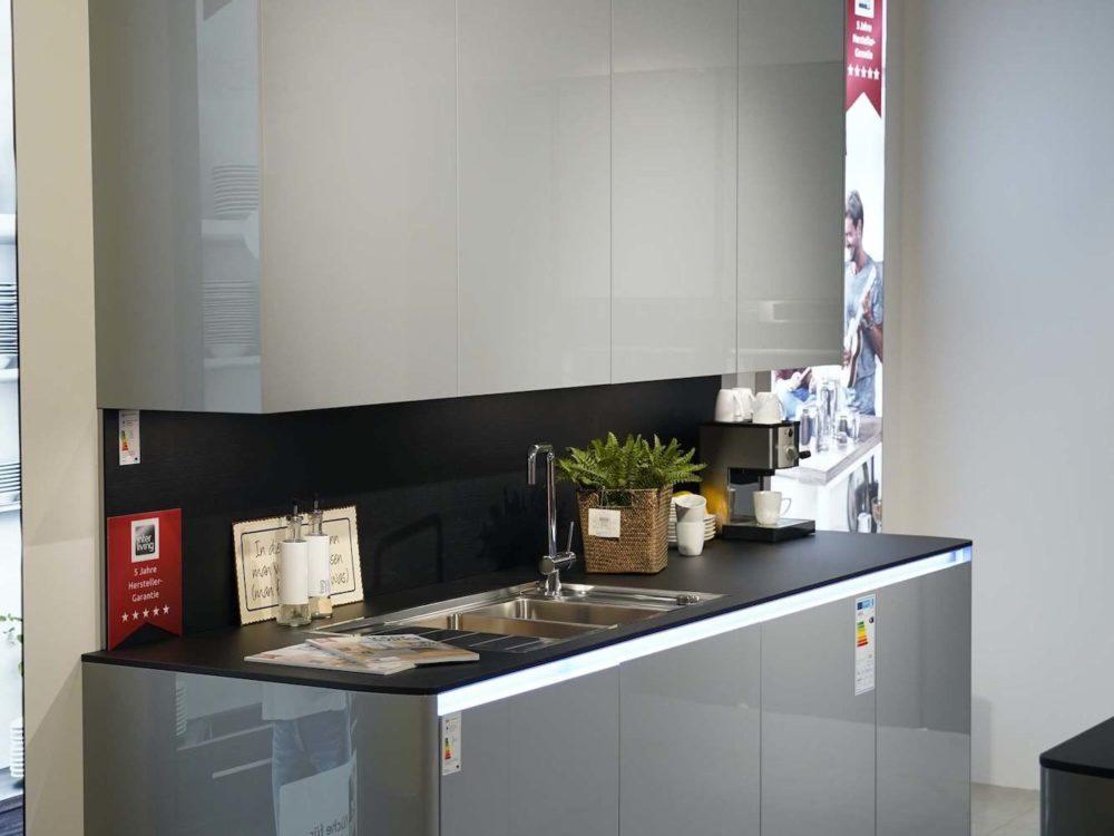 Interliving-Lack-Hochglanz-grau-mit-LED-Griffmulden-Design-Inselkueche
