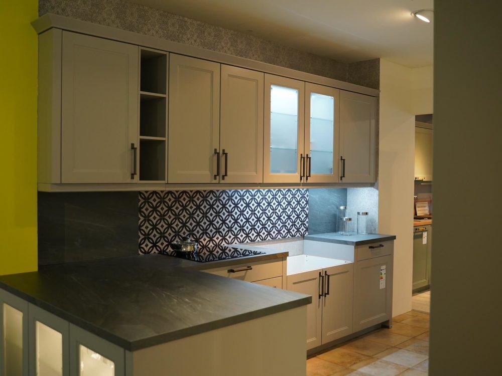 L-Form Landhausküche Holz grau mit Wandschränken