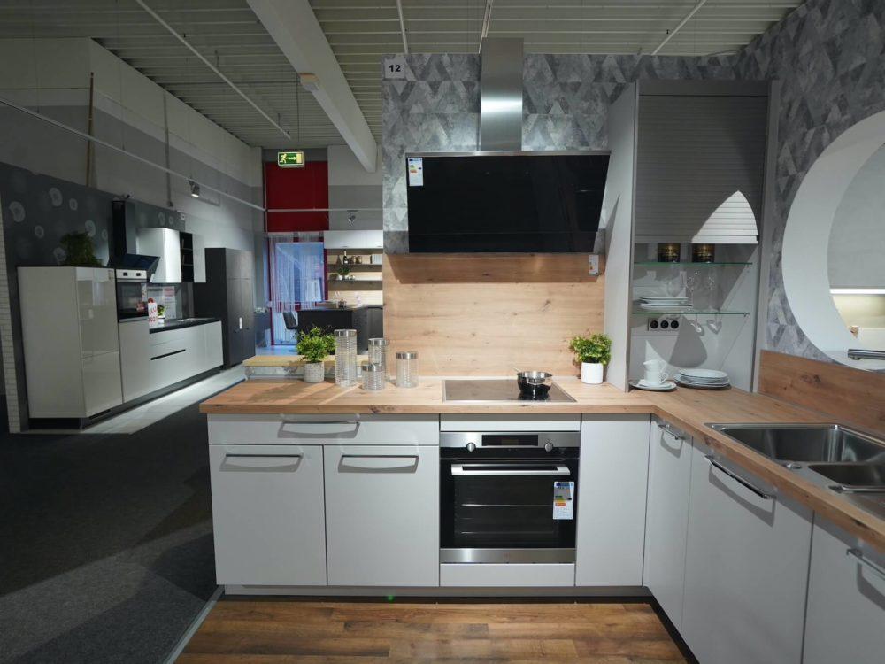 L-Küche Lack matt seidengrau und Arbeitsplatte in Eichendekor Nobilia