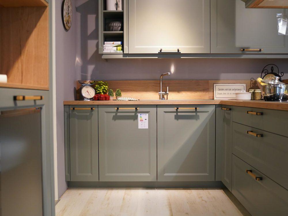 L-Küche Landhausstil Lacklaminat Eiche Sierra mit Arbeitsplatte Eiche und zwei Wandschränken Nobilia