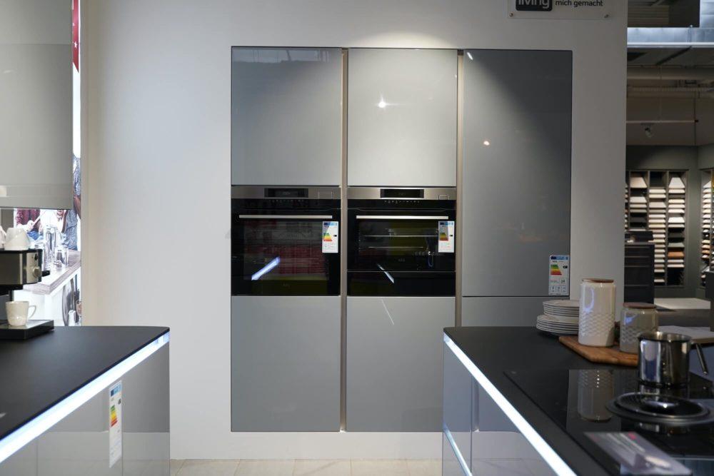 LED Interliving Design Inselküche Lack Hochglanz grau mit Griffmulden