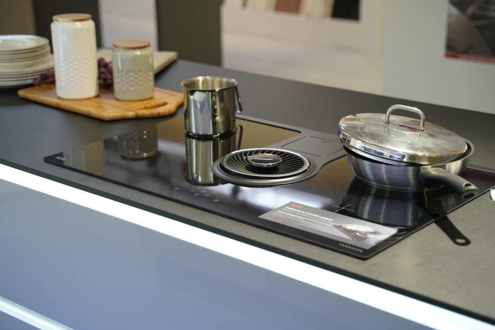 Lack Hochglanz Interliving Design Inselküche grau mit LED Griffmulden