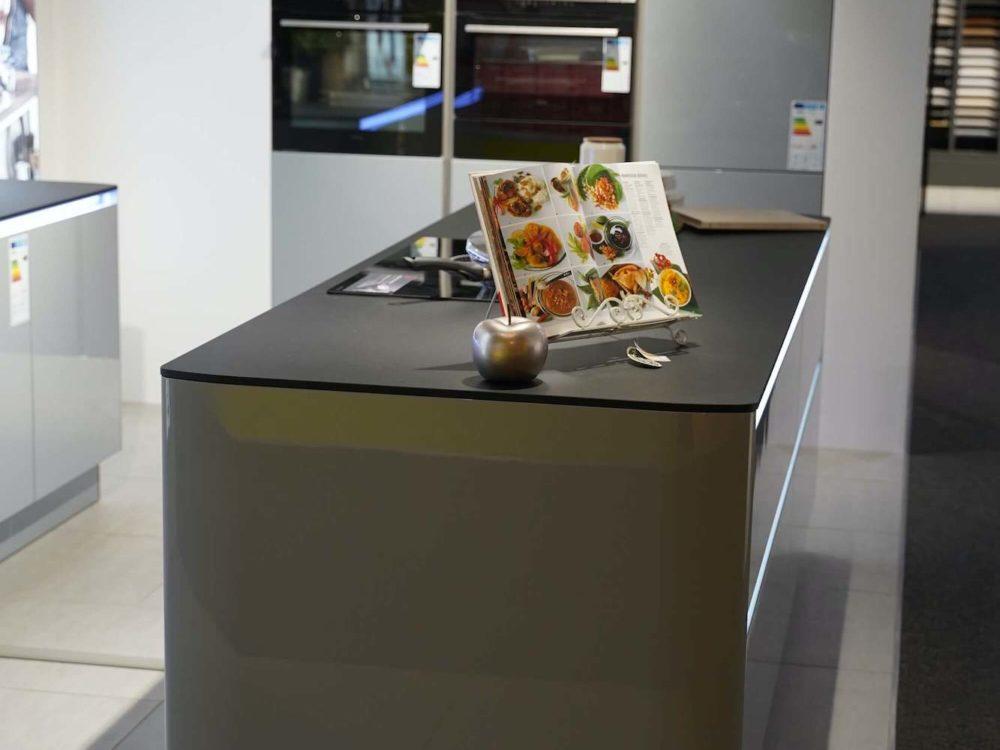 Lack-Interliving-Design-Inselkueche-Hochglanz-grau-mit-LED-Griffmulden