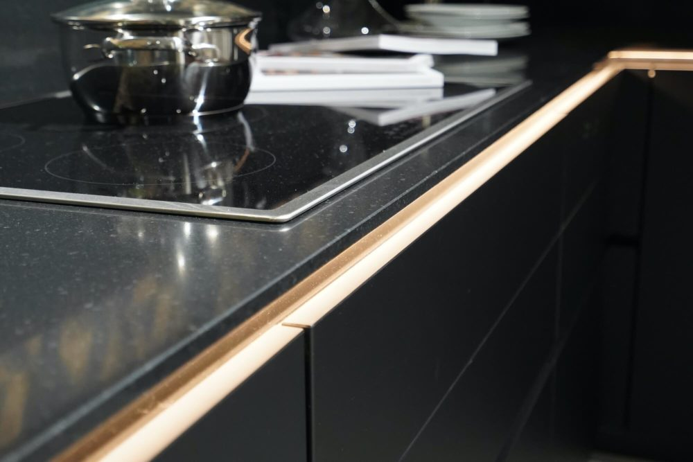 Lacklaminat Nobilia Designküche L-Form schwarz matt mit Wandschrank Nussbaum