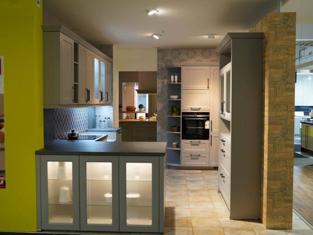 Landhausküche L-Form Holz grau mit Wandschränken