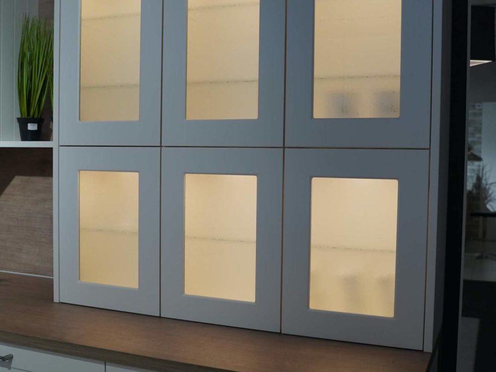 Landhauskueche-L-Form-Lack-Magnolia-Arbeitsplatte-Steineiche-und-Siemens-E-Geraete-Nolte