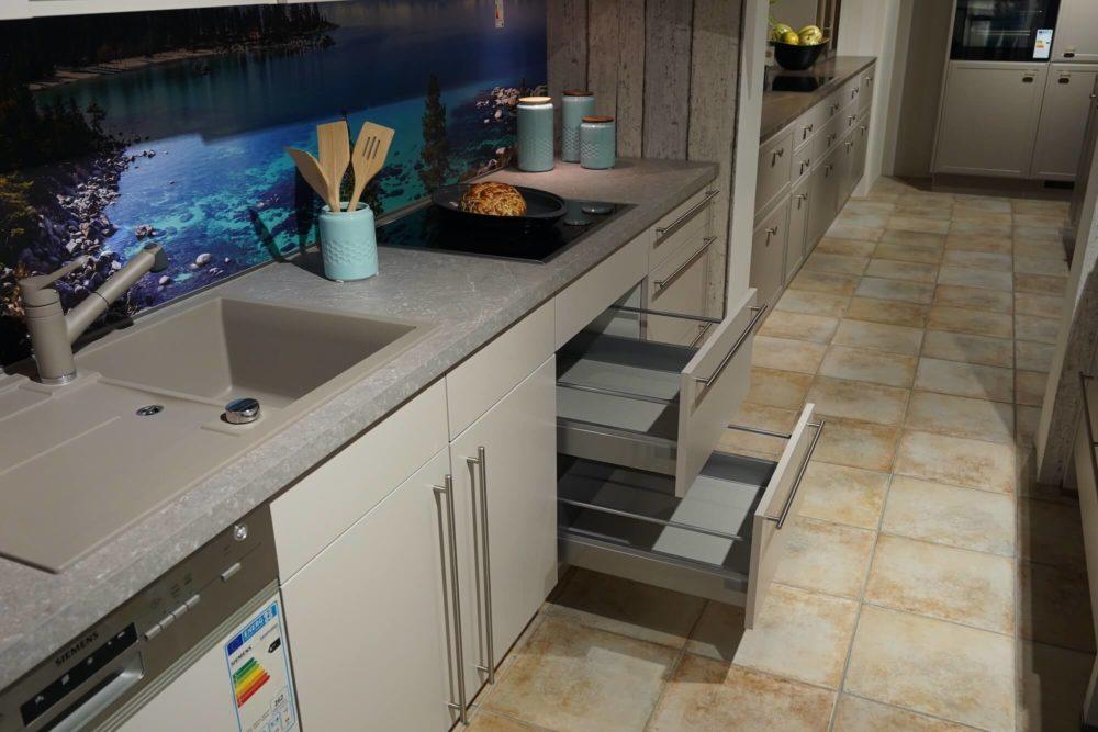 Moderne Nobilia Inselküche Sand Farbe mit Esstresen Wandschrank und Siemens Elektrogeräten