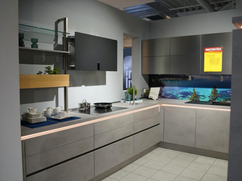 Nobilia Design Inselküche grau grifflos mit Griffmulden und Wandschrank Riva Beton