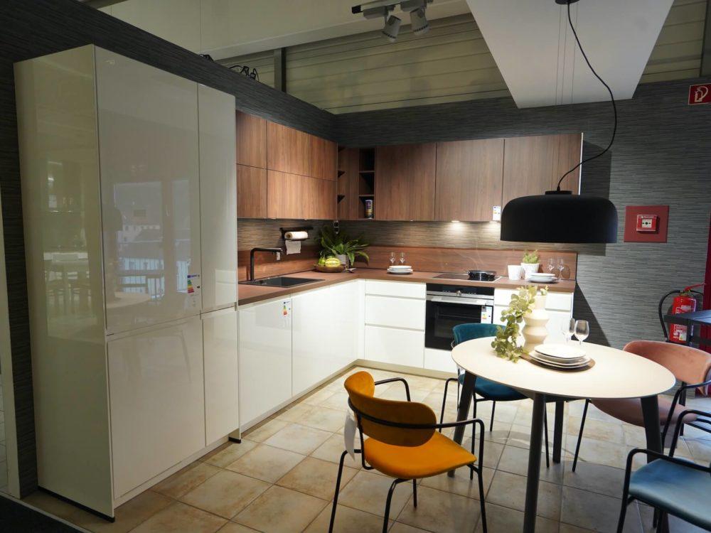 Nobilia Designküche L-Form Lack Hochglanz weiß mit Arbeitsplatte und SIEMENS E-Geräten Nussbaum