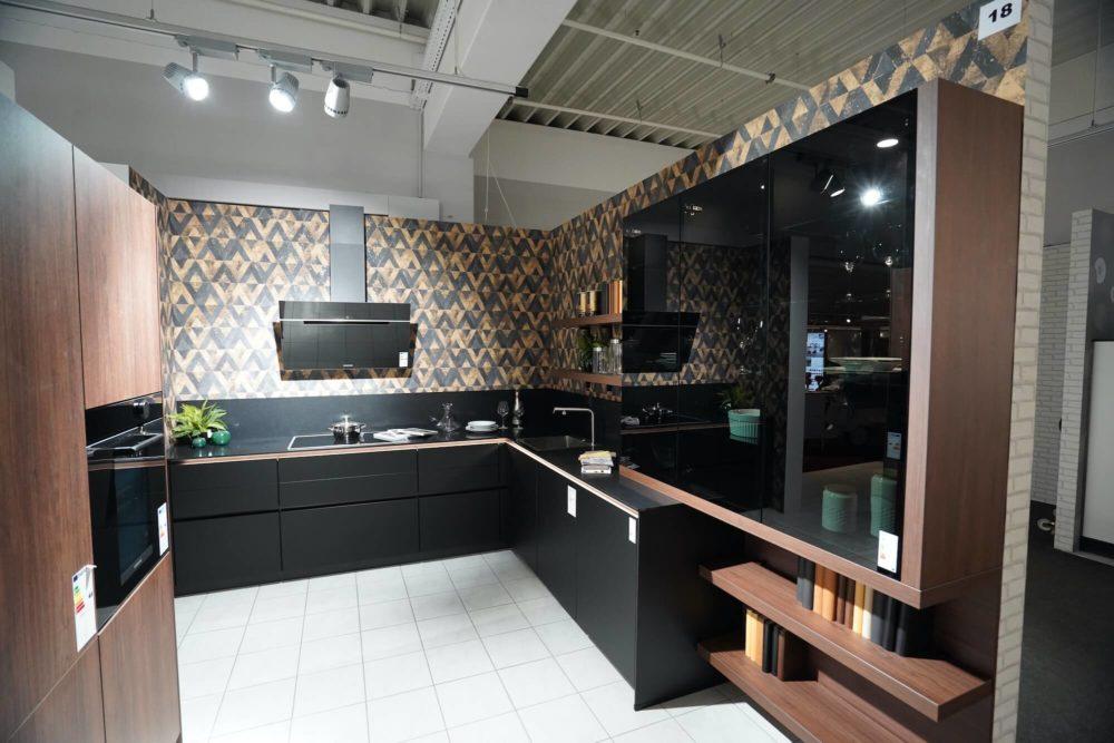 Nobilia Designküche L-Form Lacklaminat schwarz matt mit Wandschrank Nussbaum