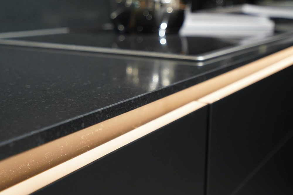 Nobilia Designküche L-Form Lacklaminat schwarz matt mit Wandschrank Nussbaum K