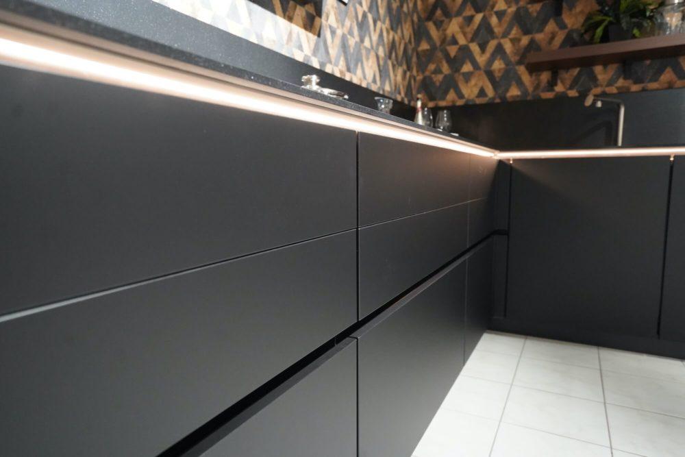 Nobilia Designküche Lacklaminat schwarz matt mit Wandschrank Nussbaum L-Form