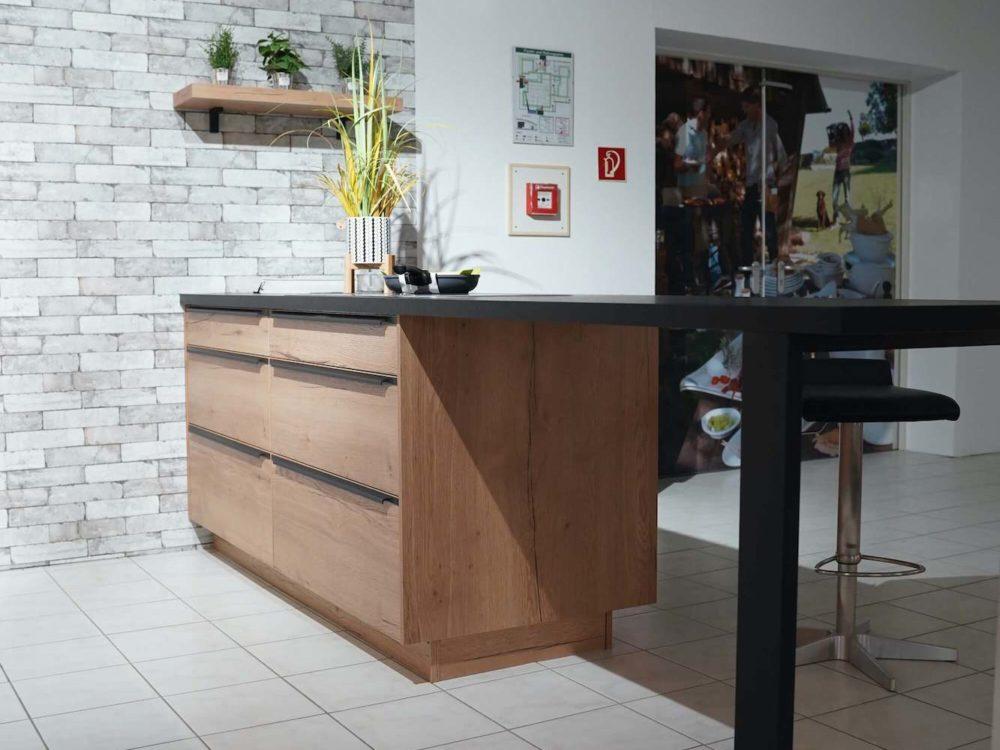 Nobilia-Inselkueche-structura-Holzfronten-Eiche-sierra-Arbeitsplatte-in-schwarz