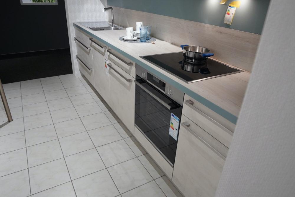 Nobilia Küchenzeile Riva seidengrau mit Wandschrank und Tresen Weißbeton