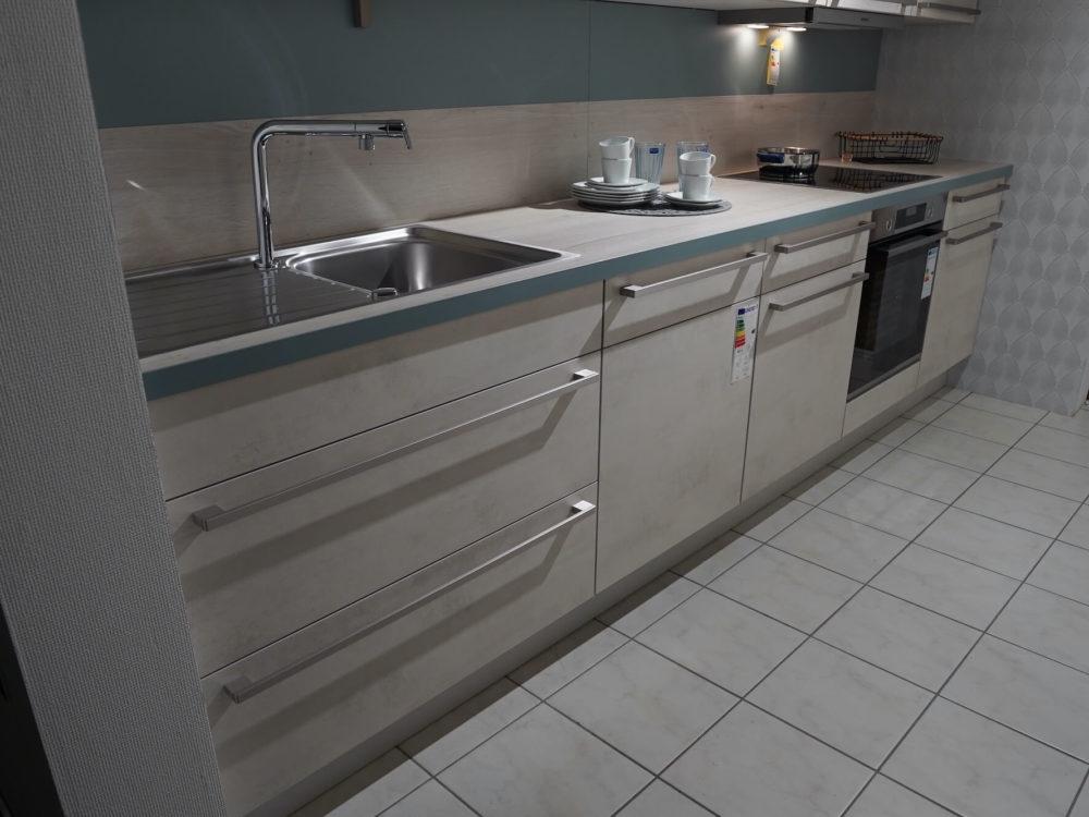 Nobilia Küchenzeile mit Riva Weißbeton seidengrau Wandschrank und Tresen