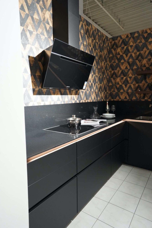 Nobilia-L-Form-Lacklaminat-schwarz-matt-mit-Wandschrank-Nussbaum-Designkueche