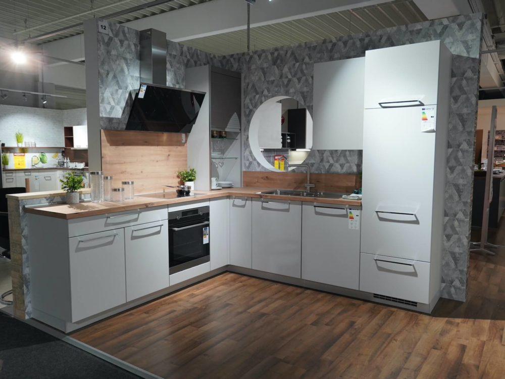 Nobilia L-Küche Lack matt seidengrau und Arbeitsplatte in Eichendekor