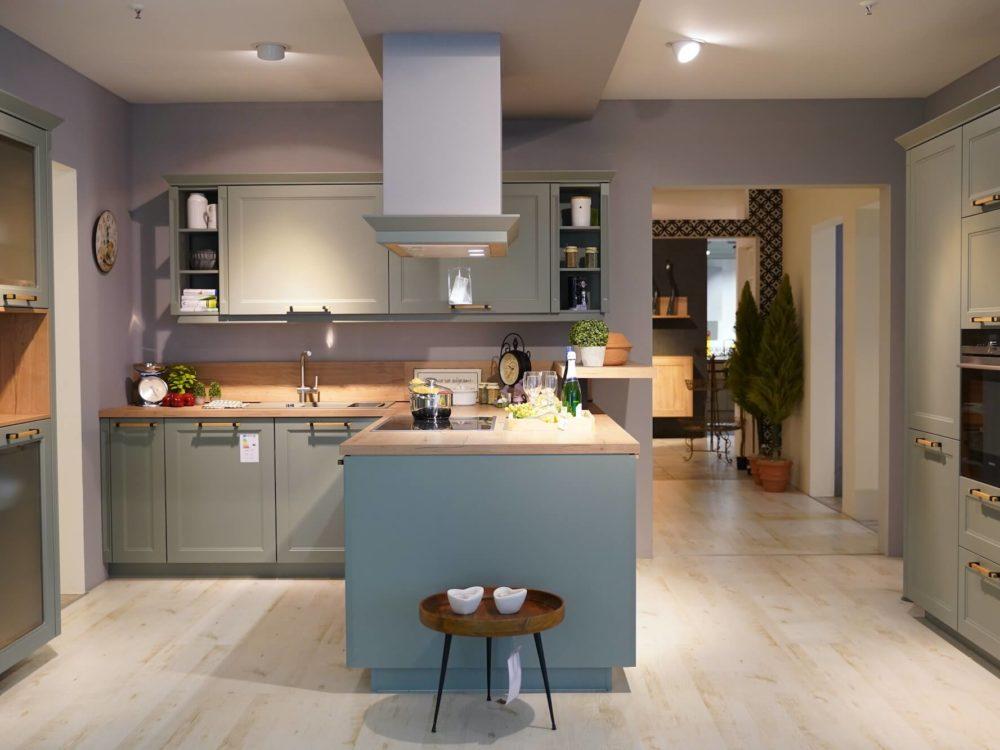 Nobilia L-Küche Landhausstil Lacklaminat Eiche Sierra mit Arbeitsplatte Eiche und zwei Wandschränken