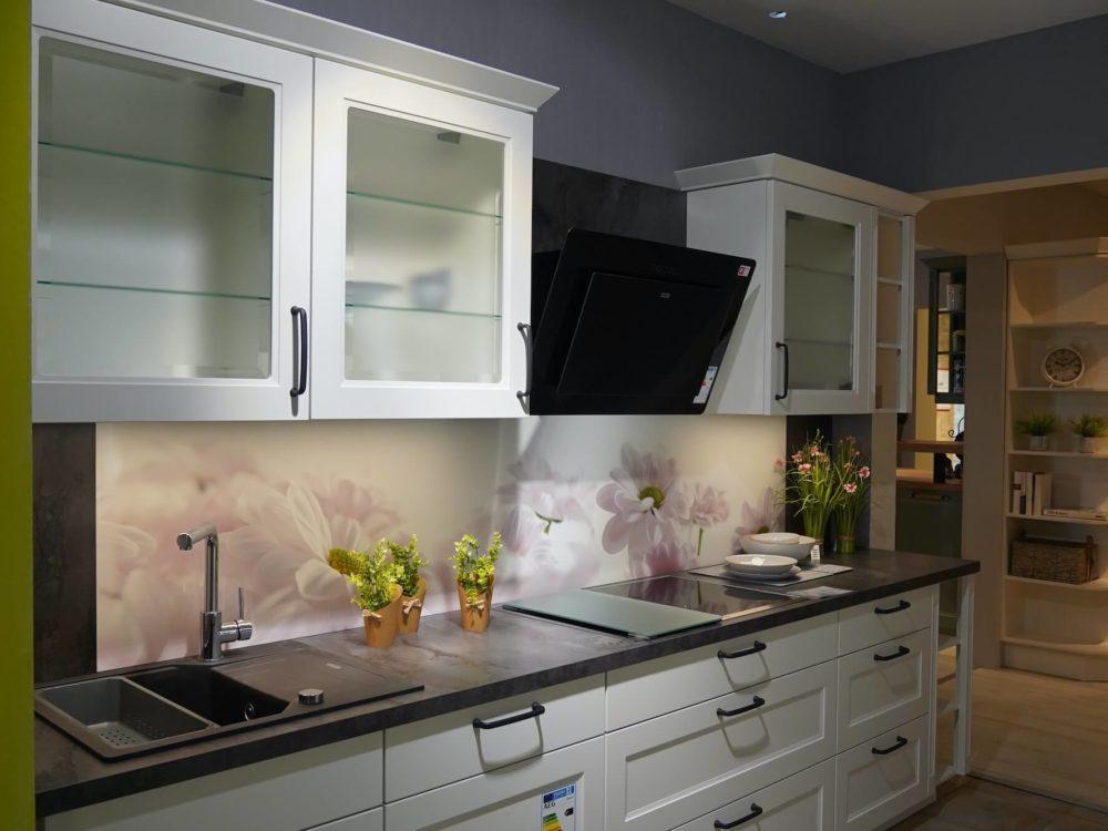 Nobilia Landhausküche Cascada Lacklaminat weiß mit Wandschrank und E-Geräten