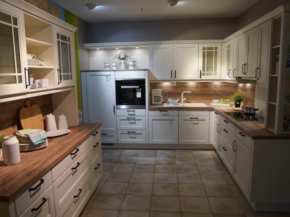 Nobilia Landhausküche L-Form mit Küchenzeile Echtholz Magnolia lack und E-Geräten