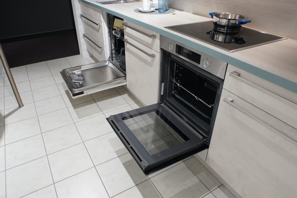 Nobilia Riva Weißbeton seidengrau mit Wandschrank und Tresen Küchenzeile