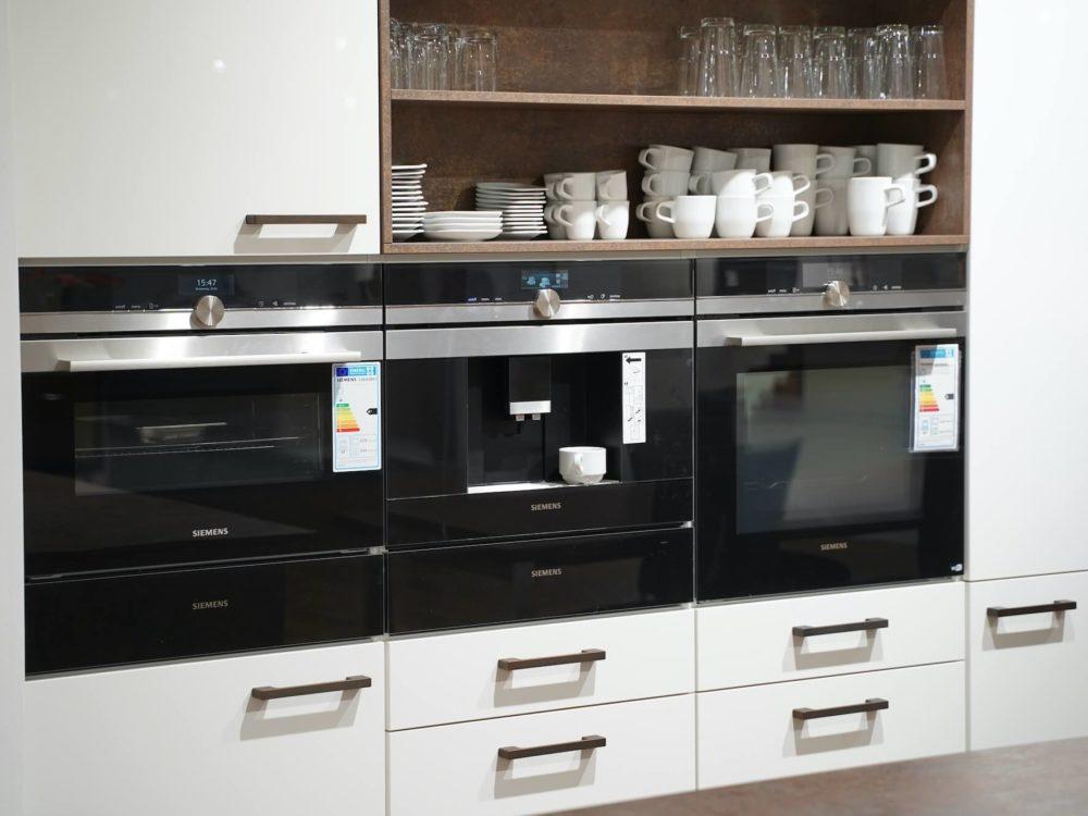 Nobilia mit E-Geräten moderne Inselküche weiß Hochglanz Arbeitsplatte in Bronze und Wandschrank