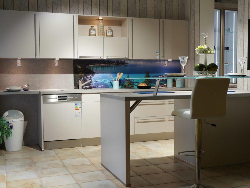 Nobilia moderne Inselküche Sand Farbe mit Esstresen Wandschrank und Siemens Elektrogeräten