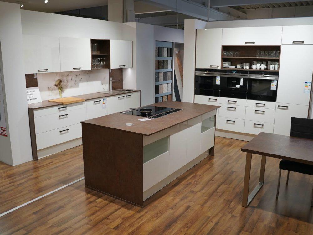Nobilia moderne Inselküche weiß Hochglanz Arbeitsplatte in Bronze und Wandschrank mit E-Geräten