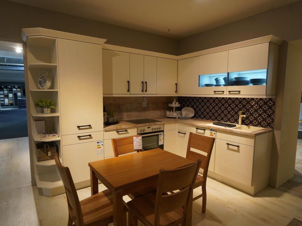 Nobilia moderne L-Küche Lack magnolia matt mit Wandschrank und E-Geräten