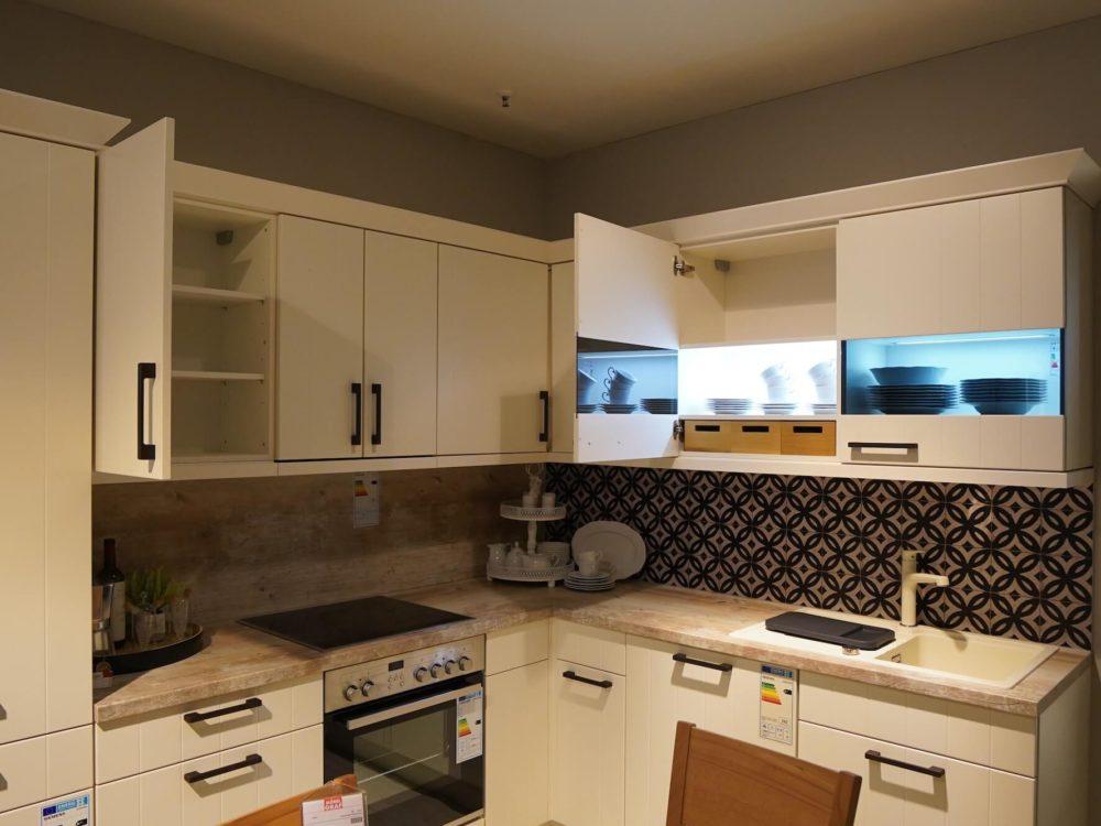 Nobilia moderne L-Küche Lack matt magnolia mit Wandschrank und E-Geräten