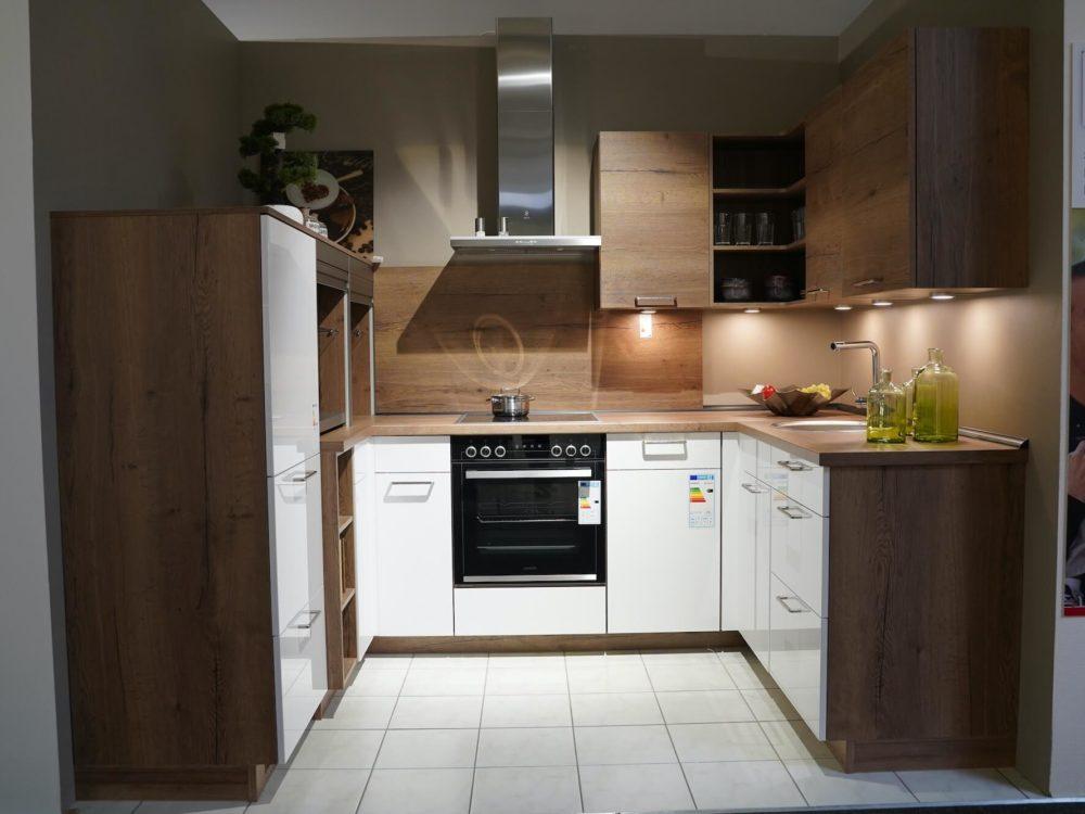 Nobilia moderne U-Küche Lacklaminat Hochglanz alpinweiß und Arbeitsplatte Eiche mit Junker E-Geräten