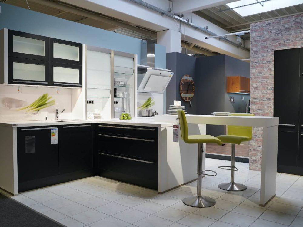 Nobilia moderne schwarz Küche mit Halbinsel Lacklaminat