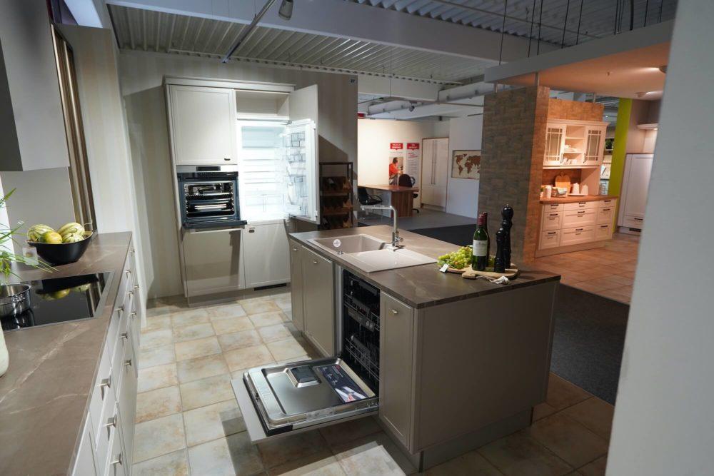 Nolte Design Inselküche Torino Lack Marmor Arbeitsplatte und Hausgeräte
