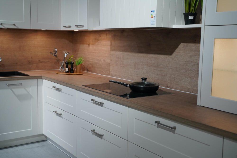 Nolte Landhausküche L-Form Lack Magnolia Arbeitsplatte Steineiche und E-Geräte Siemens