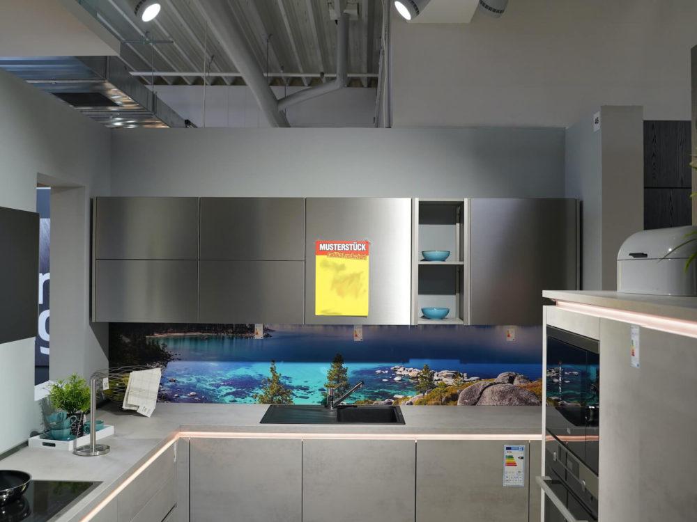Riva Nobilia Design Inselküche Beton grau grifflos mit Griffmulden und Wandschrank