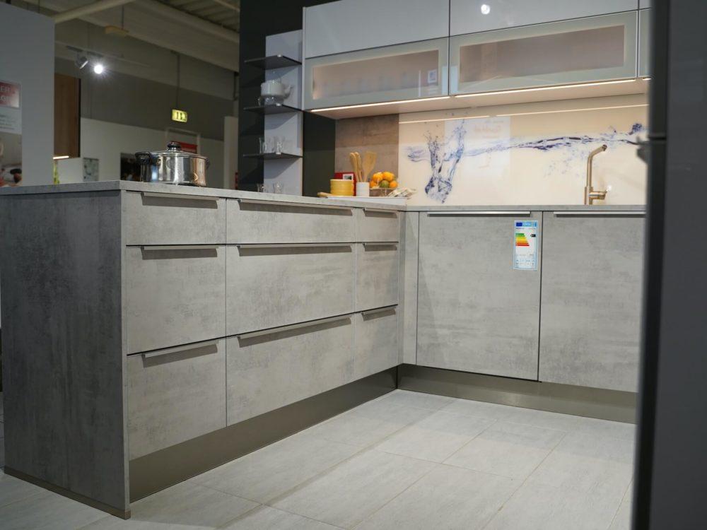 U-Küche modern beton Edelstahl Griffleisten Fronten