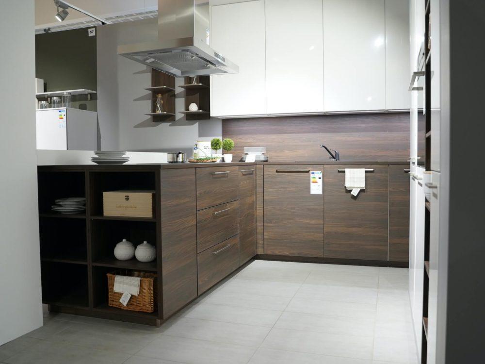 Wandschrank Moderne L-Küche Nussbaum Fronten mit